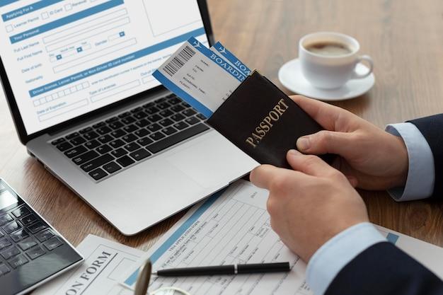 Modulo di domanda di visto su laptop