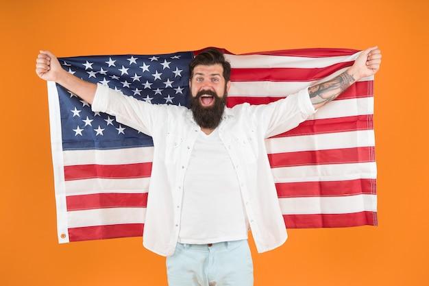 Безвизовый доступ. заявитель на визу держит американский флаг. счастливый человек получил визу в сша на желтом фоне. программа безвизового въезда. иммиграция и гражданство. 4 июля. празднование дня независимости.
