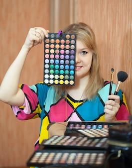 女性visagisteと化粧品