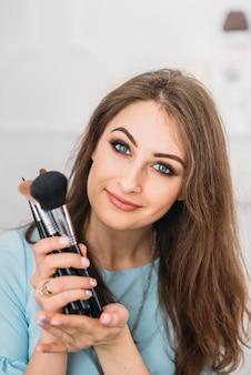 美しい若いスタイリッシュな女性visagisteブルネット
