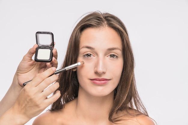 女性に化粧を施すvisagiste