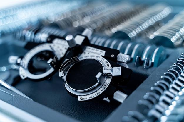 とのビジョンテスト機器。追加のレンズを備えたフレーム。眼鏡機器の選択的な焦点。