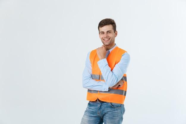 Architetto o ingegnere visionario che cerca e pensa a nuovi progetti. indossare giubbotto riflettente isolato su sfondo bianco.