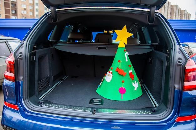 새해 휴일 개념에 가족을 방문하십시오. 장난감과 별으로 장식된 펠트 크리스마스 트리는