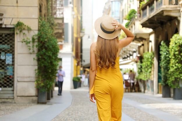 ミラノをご覧ください。イタリア、ミラノのブレラ地区の街を歩く若者のファッションの女性。