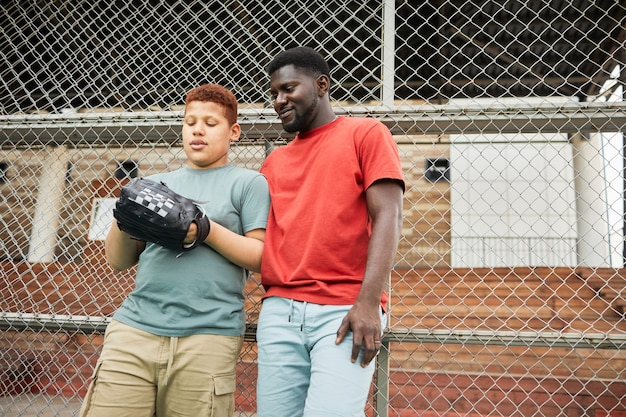 Посещение тренировки по бейсболу с сыном