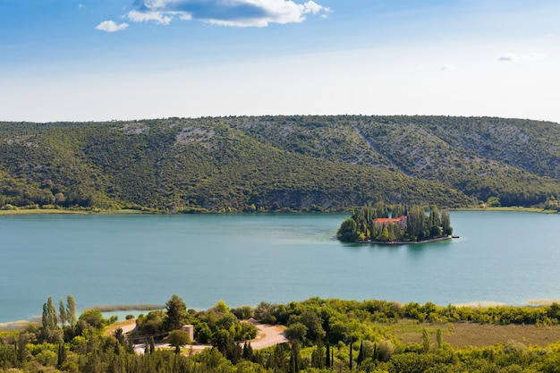 Krka 국립 공원 크로아티아 공중보기에있는 섬에 visovac 기독교 수도원