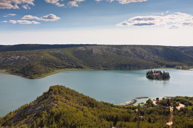 クロアチアのクルカ国立公園にある島にあるヴィソヴァツ修道院。航空写真
