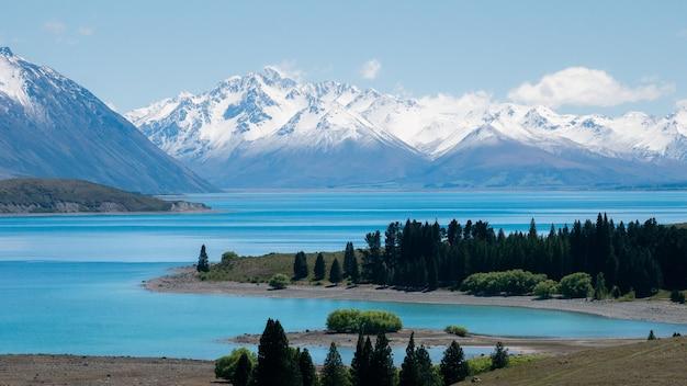 美しい高山の景色を望むビスタ雪山のあるターコイズブルーの氷河湖tekaponewzealand