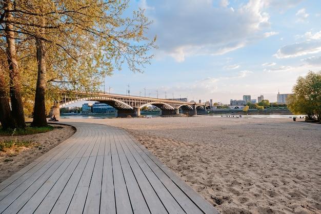 ワルシャワのポニアトフスキ橋近くのヴィスワ川沿いのビーチ