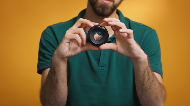 Vlog에 대한 리뷰를 기록하는 동안 시각 예술가 회전 렌즈 수동 초점. 카메라 렌즈 기술 디지털 녹화 소셜 미디어 인플루언서 콘텐츠 크리에이터, 팟캐스트 전문 스튜디오, 브이로그