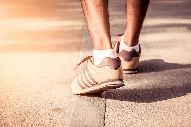 Человек, идущий на прогулку по тропе в утреннее время, фильтр vitage