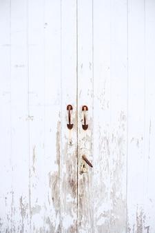 古いラッチハンドルと古いvitage木製の白いドア