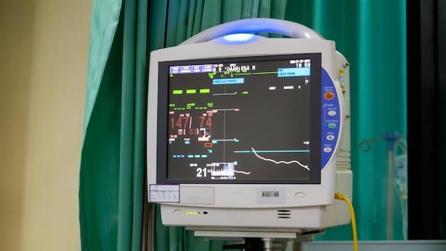 활력 징후와 심장 박동수 모니터, 다이어그램이 있는 선택적 초점 디스플레이 화면은 병원, 의료 장비, 의료 및 의료 개념에 있는 활력 징후 모니터입니다.