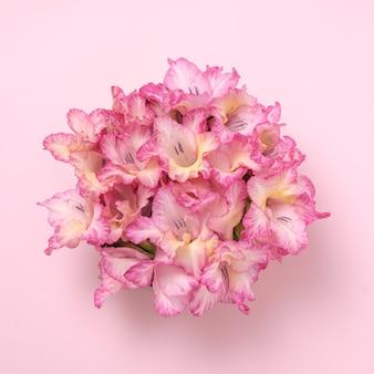結婚式やお祝いのためのグラジオラスの花の活力のシンプルな花束。植物の概念。