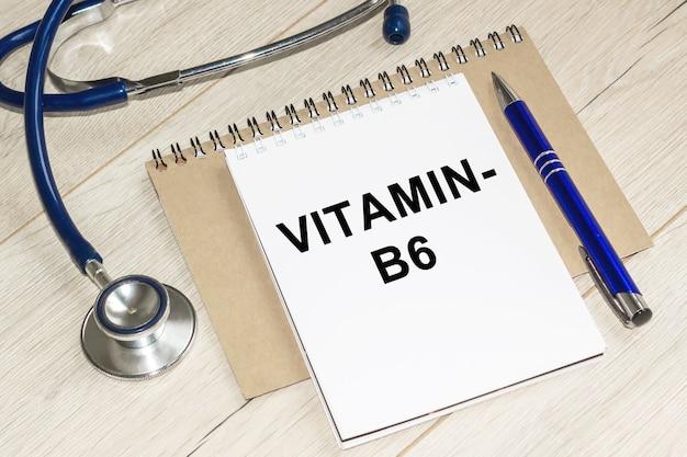 비타민 b6, 의학 및 건강 개념. 탁자 위에 청진기가 놓여 있고 노트북이 있습니다.