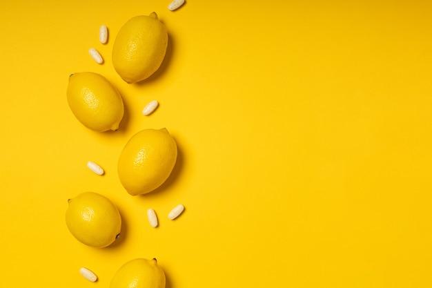 Таблетки и фрукты с витамином с
