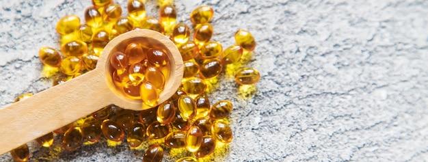 Витамин d из капсул рыбьего жира. селективный фокус медицинский