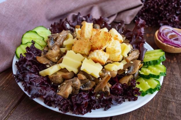 버섯, 치즈, 하얀 접시에 크루통과 비타민 다이어트 샐러드. 확대.