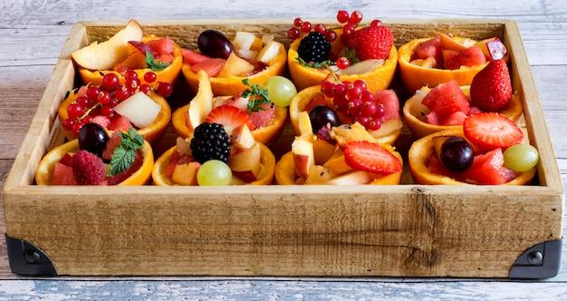 Витаминные фруктовые тарты с ягодами в корзине