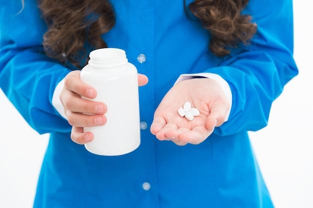 医師の手による抗生物質と解熱剤コロナウイルス薬の治療におけるビタミン剤の瓶