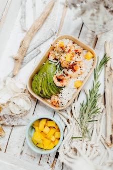 새우 밥과 아보카도가 들어간 비타민이 풍부한 건강 요리