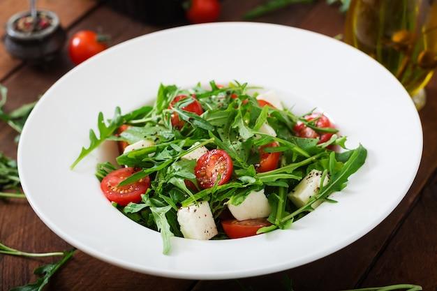 Витаминный салат из свежих помидоров, трав, сыра фета и семян льна. диетическое меню. Premium Фотографии