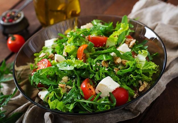 Витаминный салат из свежих помидоров, трав, сыра фета и семян льна. диетическое меню.