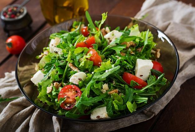 신선한 야채, 허브, 페타 치즈 및 견과류의 비타민 샐러드. 식이 메뉴. 적절한 영양 섭취.
