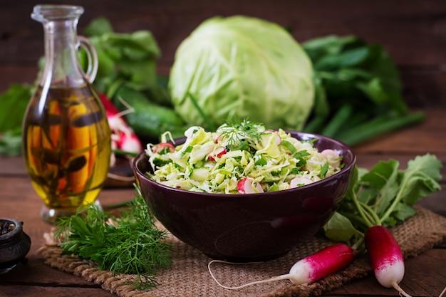 若い野菜のビタミンサラダ:キャベツ、大根、キュウリ、新鮮なハーブ