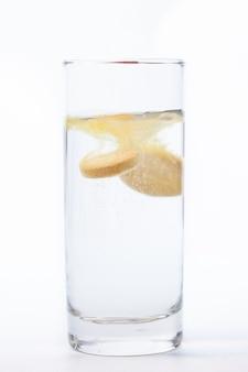 Витаминная таблетка растворяется в воде