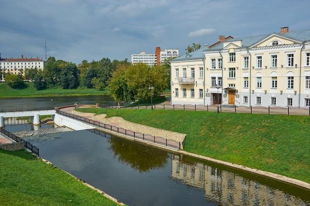 Город витебск в беларуси, вид на исторический центр, реку западная двина и река витьба