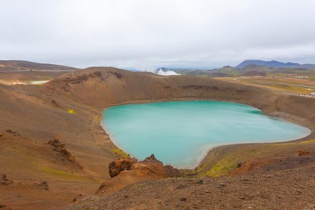 내부에 녹색 물 호수가 있는 비티 분화구. 아이슬란드 크라플라 비티 분화구