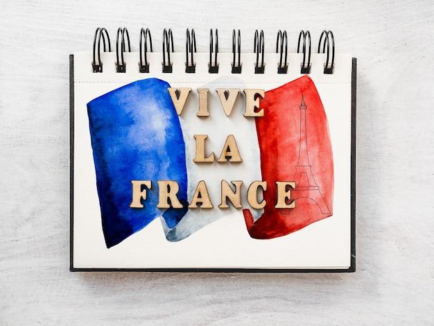 Да здравствует франция. красивая патриотическая карта. крупный план, вид сверху. концепция национального праздника. поздравления родным, близким, друзьям и коллегам