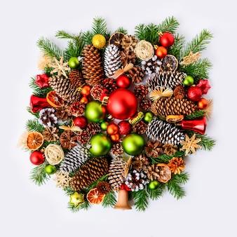 전나무와 생생한 크리스마스 화 환