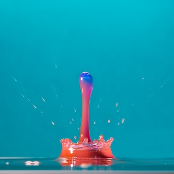 Яркая цветная капля на синем