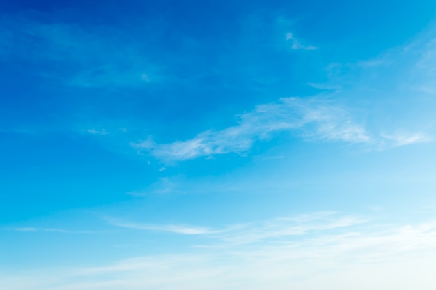 흰 구름과 푸른 하늘의 생생한 신선한 밝고 화려한