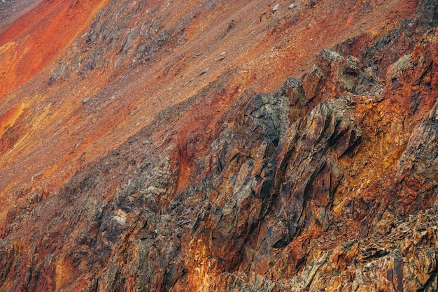 先のとがった岩と大きな岩山の鮮やかな多色自然の背景