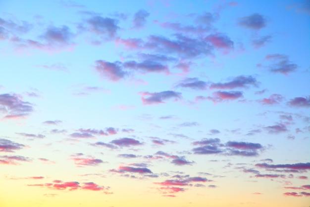Яркое небо с облаками перед восходом солнца, можно использовать в качестве фона