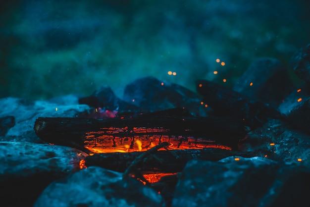 Яркие тлеющие дрова горят в огне крупным планом