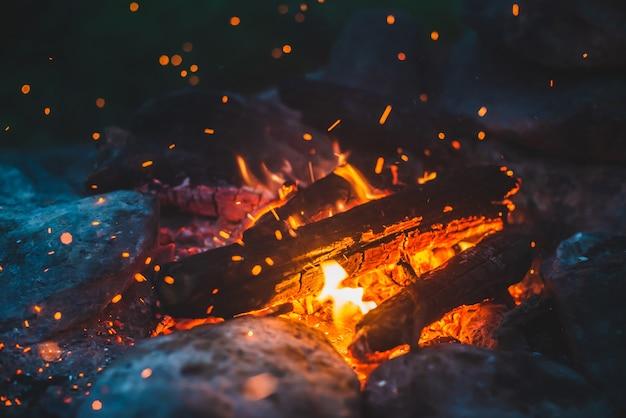 鮮やかなくすぶり薪が燃えた
