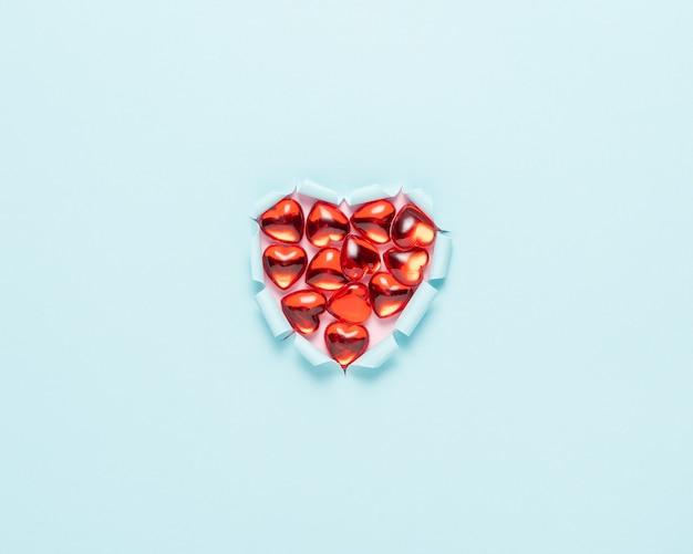 밝은 표면에 생생한 찢어진 된 종이 심장.