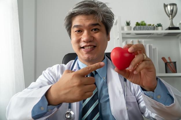 患者の心臓病について教育するためのvlogアジアの医師ブロガーインフルエンサーレコーディングビデオブログ
