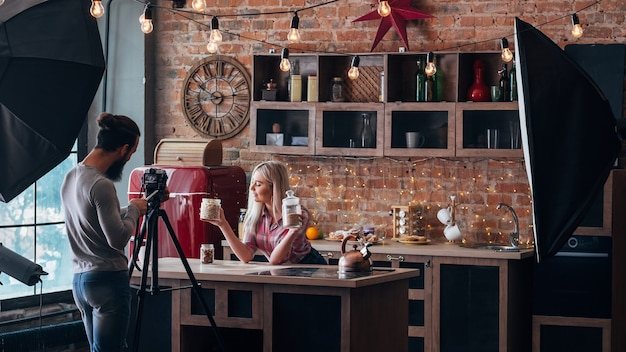 건강한 영양에 대한 블로그. 로프트 주방 스튜디오. 백 스테이지 사진. 커플 촬영 비디오 튜토리얼.