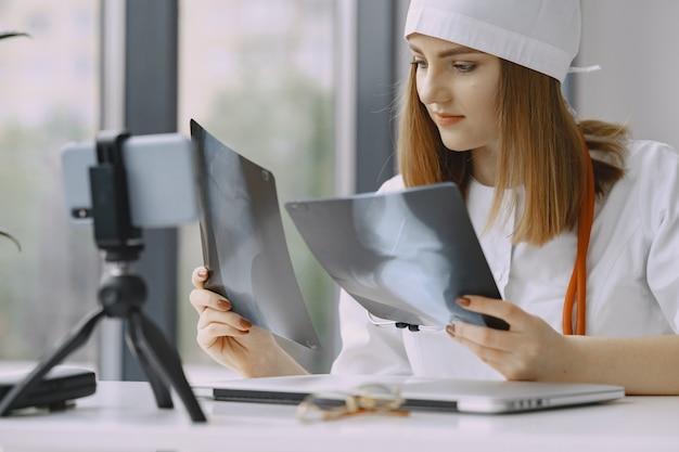 女医が医学についてのvlogビデオを記録