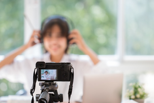 幸せなアジアのビデオブログまたは学生女性の美しさブロガー/ vlog記録チュートリアルコーチプレゼンテーション