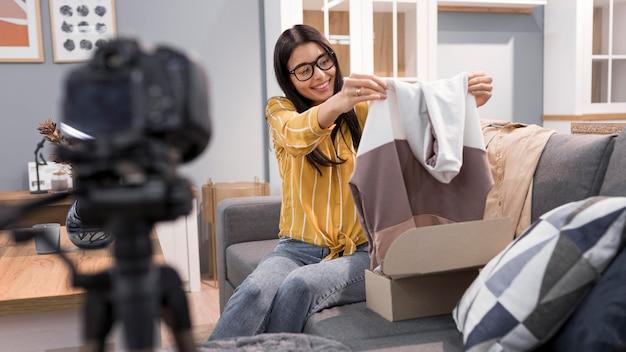 집에서 옷을 개봉하는 vlogger