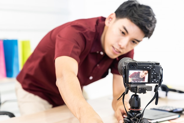 Vlogger blogger set up live camera