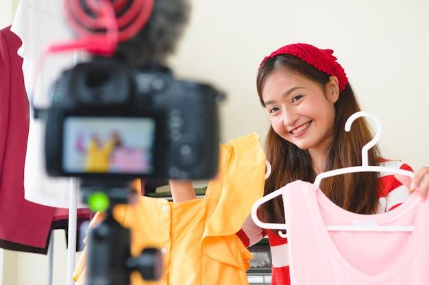 Красота азиатского блогера vlogger интервью с профессиональным цифровым фотоаппаратом dslr