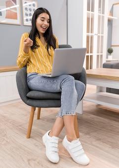Vlogger a casa con il laptop